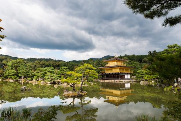 Vista externa do pavilhão dourado no templo kinkakuji, também conhecido como rokuonji