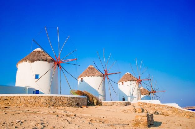 Vista famosa de moinhos de vento gregos tradicionais na ilha de mykonos ao nascer do sol, cyclades, grécia