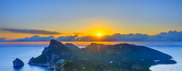 Vista famosa do nascer do sol em formentor, maiorca, espanha