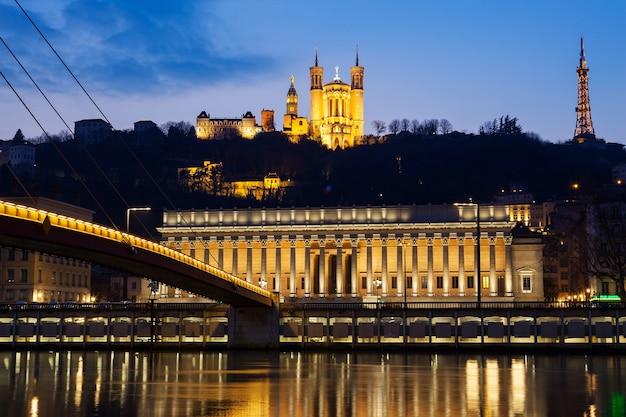 Vista famosa do rio saône em lyon à noite, frança