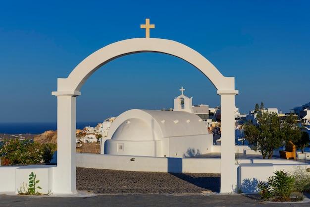 Vista famosa em oia pela manhã, santorini, grécia