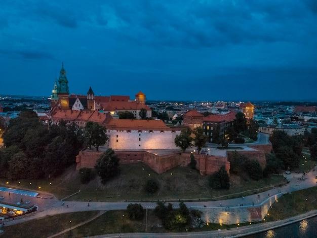 Vista fantástica da noite krakow. o castelo real wawel visto de um ponto alto em cracóvia, polônia, europa