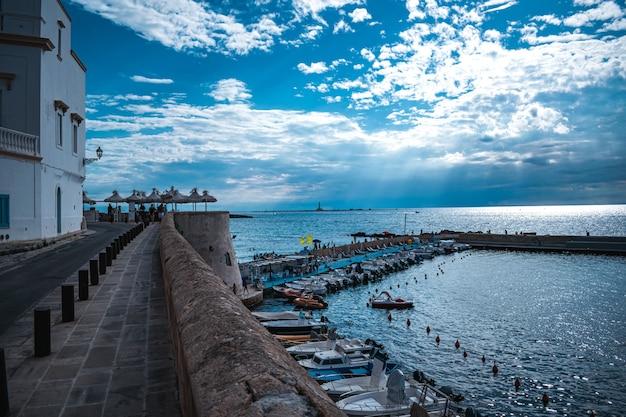 Vista fantástica do porto de gallipoli em puglia