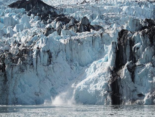Vista fascinante da geleira e do lago sob a luz do sol