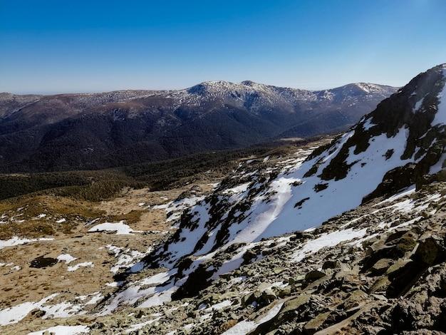 Vista fascinante da montanha penalara, na espanha, coberta de neve em um dia ensolarado
