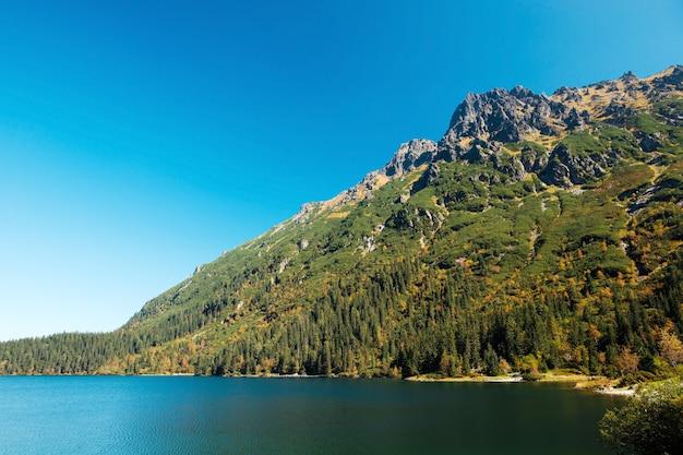 Vista fascinante das montanhas tatra com floresta verde e do lago morskie oko com águas cristalinas