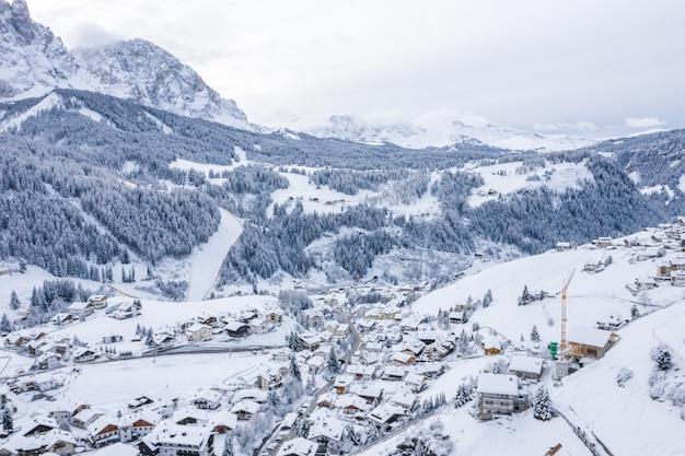 Vista fascinante de belas montanhas cobertas de neve