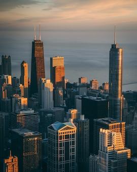 Vista fascinante de edifícios altos e arranha-céus com o oceano calmo