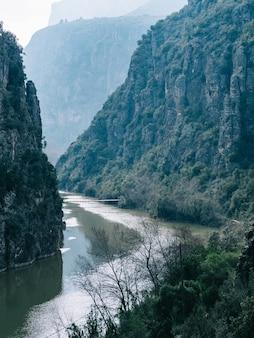 Vista fascinante de um lago calmo cercado por montanhas rochosas
