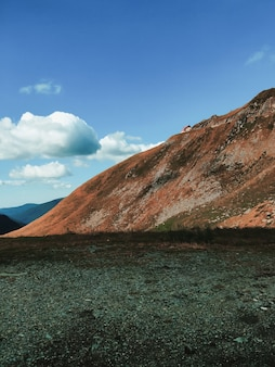Vista fascinante de uma bela paisagem montanhosa