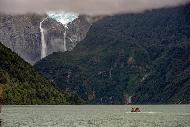 Vista fascinante do oceano calmo e das montanhas rochosas com cascata