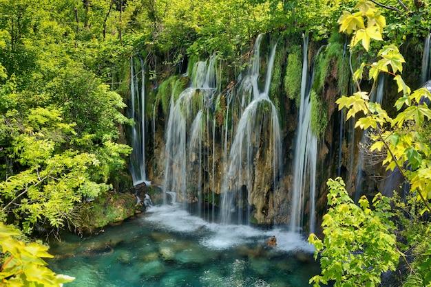 Vista fascinante do parque nacional dos lagos de plitvice, na croácia
