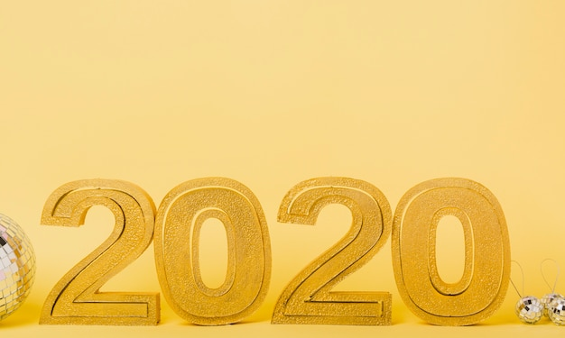 Vista frontal 2020 ano novo com bolas de natal prata