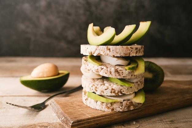 Vista frontal abacate pequeno-almoço com fundo desfocado