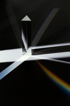Vista frontal abstrata do prisma preto e branco e luz do arco-íris