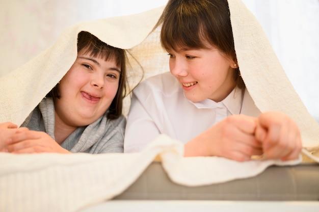 Vista frontal adoráveis meninas brincando juntos