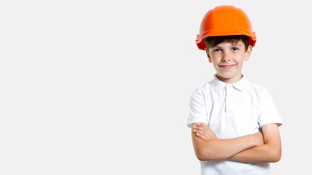 Vista frontal adorável menino com capacete de segurança