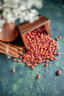 Vista frontal amendoim descascado limpo em uma casca de amendoim azul escuro lanche cips noz noz