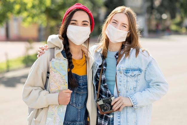 Vista frontal amigos com máscara