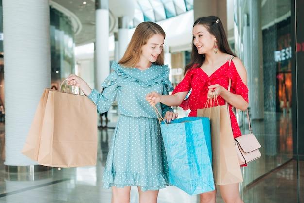 Vista frontal amigos em shopping center
