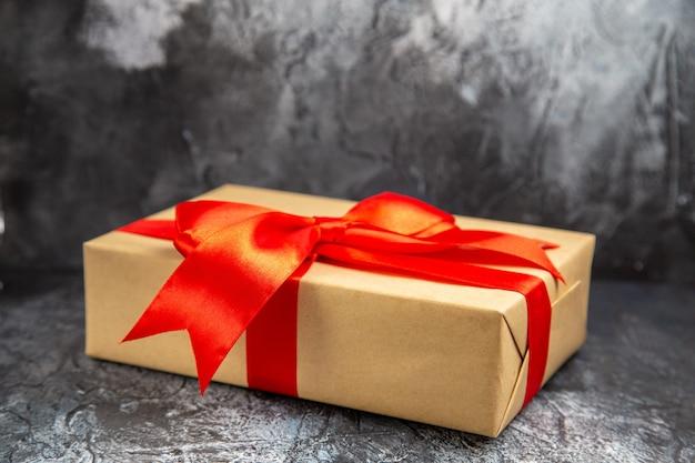 Vista frontal ampliada do presente de natal com fita vermelha