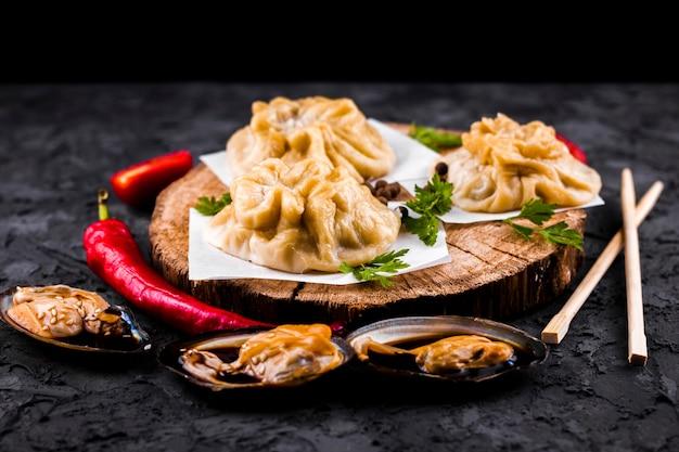 Vista frontal asiáticos bolinhos e ostras