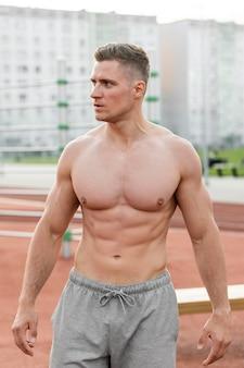 Vista frontal atlético homem formação sem camisa