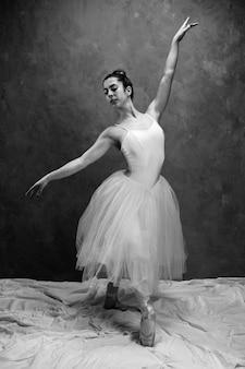 Vista frontal ballet postura em tons de cinza