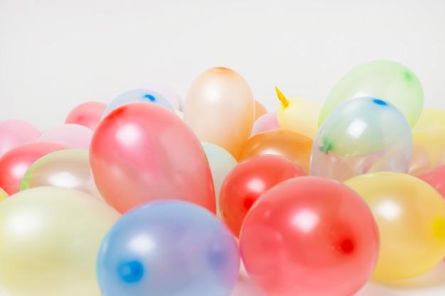 Vista frontal balões de aniversário colorido fundo close-up