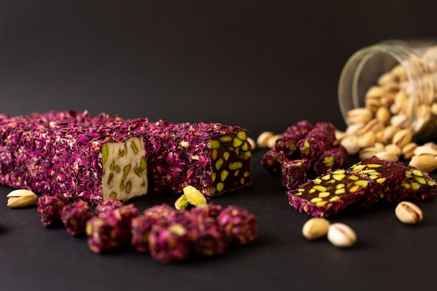 Vista frontal barra de chocolate roxo doce fatiado no chão escuro