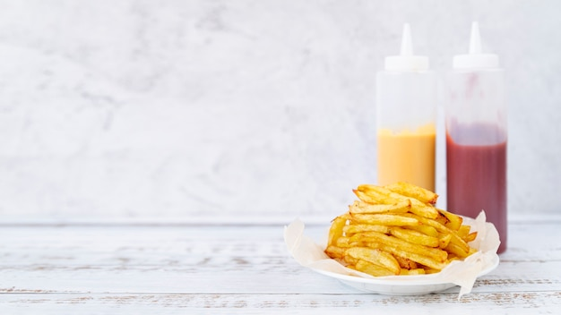 Vista frontal batatas fritas com espaço de cópia