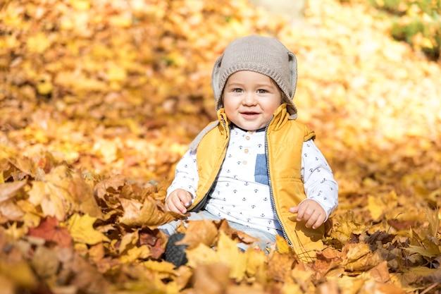 Vista frontal bebê fofo com chapéu ao ar livre