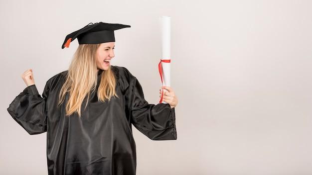 Vista frontal bela pós-graduação com espaço de cópia
