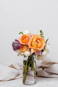 Vista frontal bonito buquê de rosas