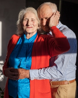 Vista frontal bonito homem e mulher sênior
