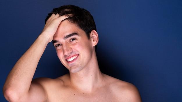 Vista frontal bonito jovem macho