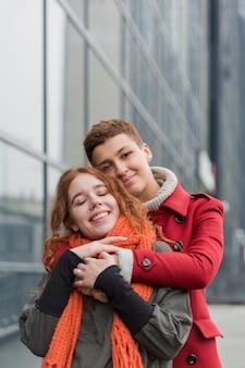 Vista frontal bonito mulheres abraçando uns aos outros