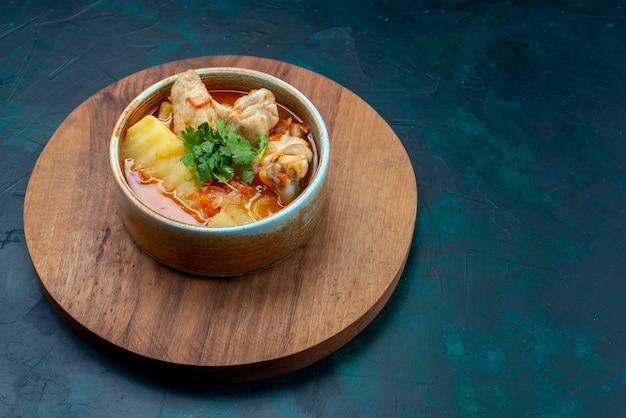 Vista frontal canja de galinha com frango e verduras dentro no fundo azul escuro sopa carne comida jantar frango