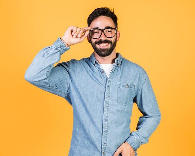 Vista frontal cara segurando seus óculos