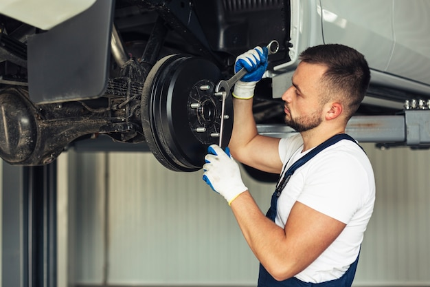 Vista frontal carro serviço masculino empregado