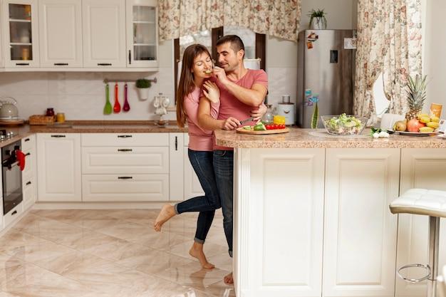 Vista frontal casal cozinhar juntos