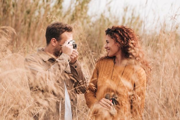 Vista frontal casal feliz no campo de trigo