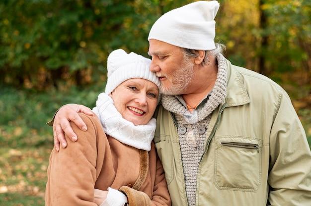 Vista frontal casal sênior abraçando