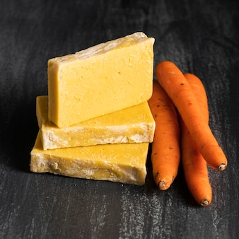 Vista frontal cenouras e sabão feito de cenouras