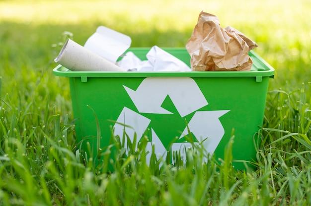 Vista frontal, cesta de reciclagem na grama