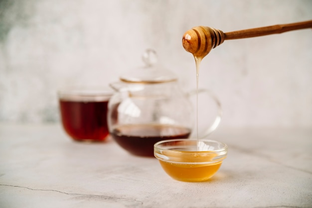 Vista frontal chá e mel no fundo desfocado