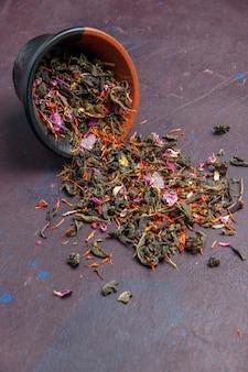 Vista frontal chá fresco seco em fundo escuro planta chá pó sabor flor