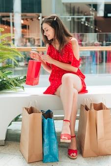 Vista frontal cliente feliz no shopping