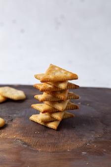 Vista frontal com biscoitos salgados em mesa de madeira
