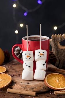 Vista frontal com deliciosa xícara de natal de chocolate quente